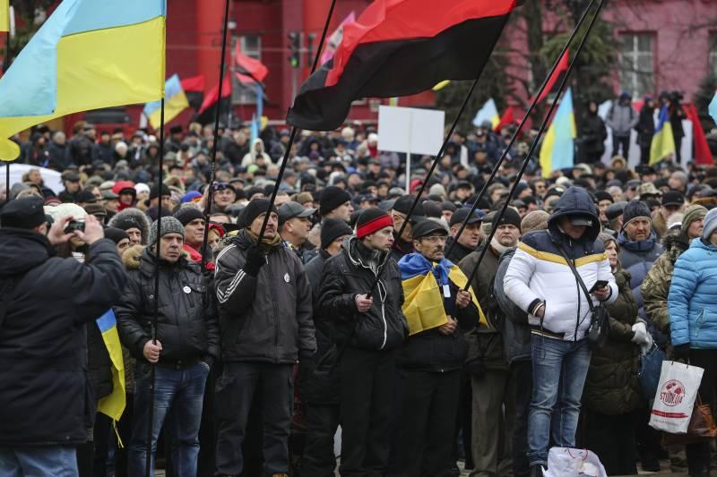 В Киеве тысячи демонстрантов требуют отставки Порошенко