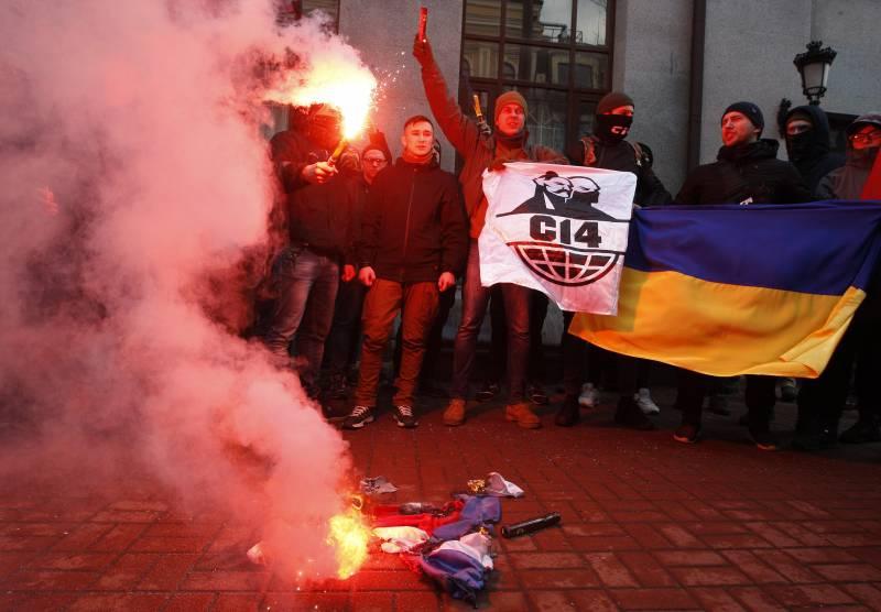 В Киеве националисты забросали камнями здания «Россотрудничества», «Альфа-Банка» и Сбербанка