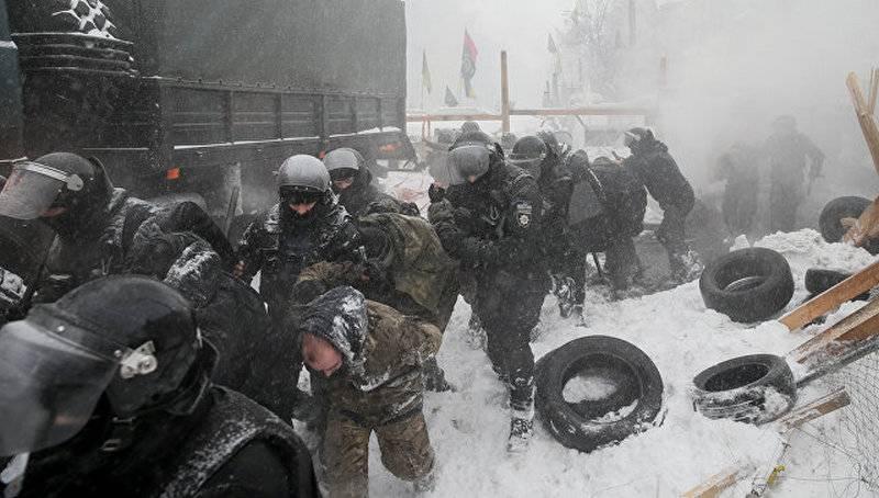 Под зданием Рады в Киеве прошли столкновения полиции с протестущими