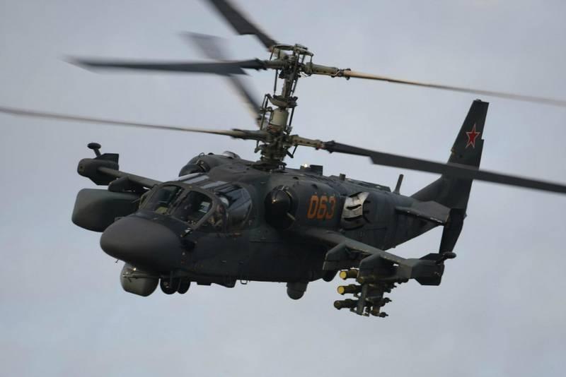 Zwei Verbindungen der Ka-52-Hubschrauber stiegen in das Luftregiment in der Region Smolensk ein