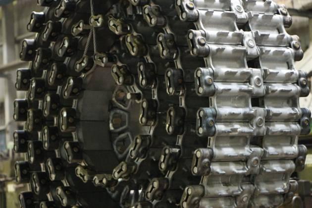 I robot lavorano sodo. Omsktransmash passa all'assemblaggio di binari senza lavoro manuale
