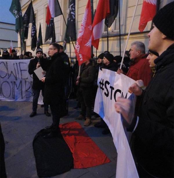 """A rally in Warsaw near the walls of the Ukrainian embassy: """"I am not a brother to Bandera!"""""""