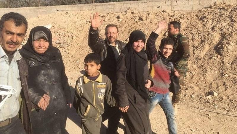 东部古塔出现了三千名平民和三列武装分子。