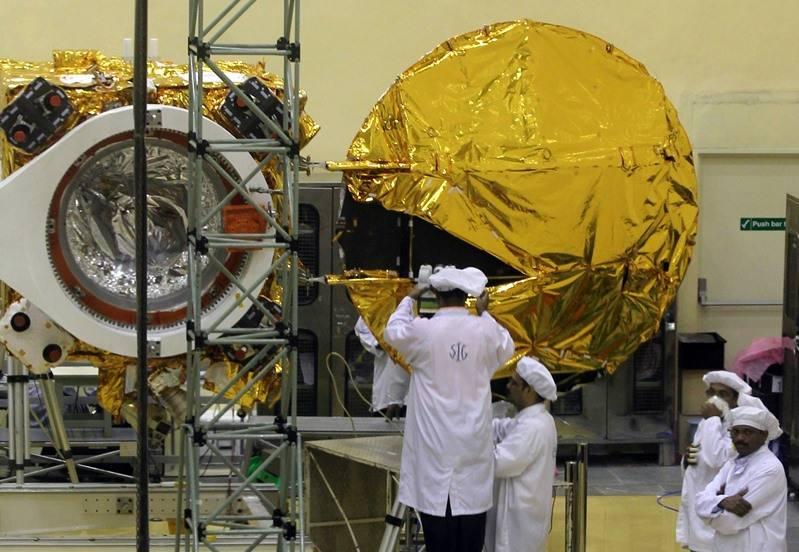 인도는 우주선의 발사를 달에 옮겼다.