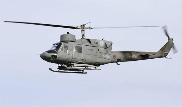 Hélicoptère Bell La marine italienne 212 est tombée à la mer lors d'un exercice. Il y a des victimes