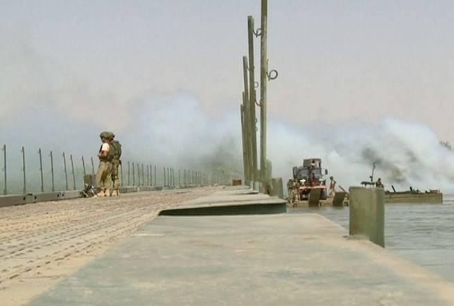 रूसी इंजीनियरों ने यूफ्रेट्स पर एक पुल का निर्माण किया
