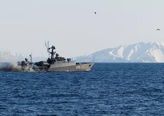航空機と一緒に太平洋艦隊の船は潜水艦の捜索と破壊を働いた