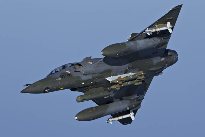 """¿Vencer a los tuyos para que los extraños tengan miedo? Avión francés """"bombardeado"""" en la fábrica"""