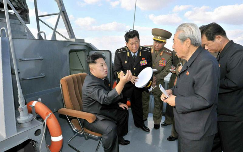 """Kim Jong-un a visité les nouveaux bateaux lance-missiles """"furtifs"""" en RPDC"""