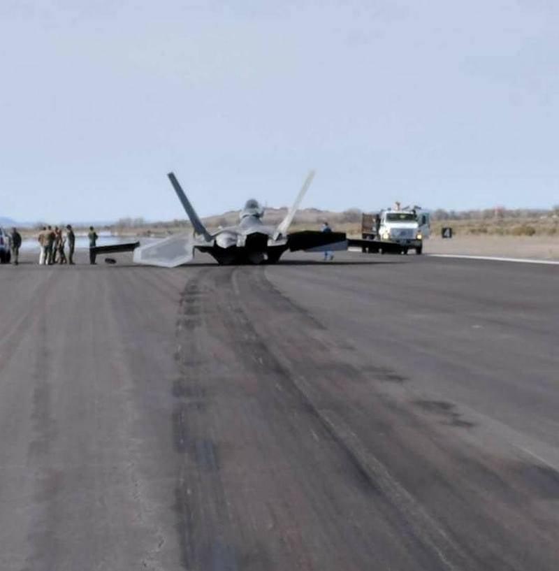 """F-22 Raptor """"пропахал"""" взлетную полосу"""