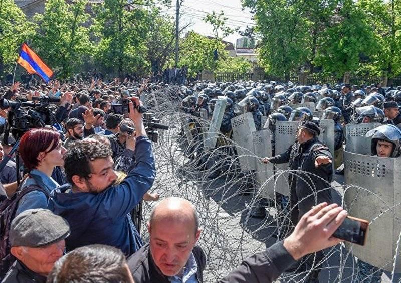 """कोई हिंसा नहीं। आर्मेनिया में """"वेलवेट"""" क्रांति की घोषणा की"""