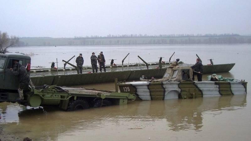 Marzo su 600 km. Il distretto militare centrale militare porterà un traghetto per i villaggi interrotti dall'alluvione