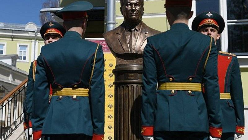 """On the """"avenue of rulers"""" established a bust of Yeltsin"""