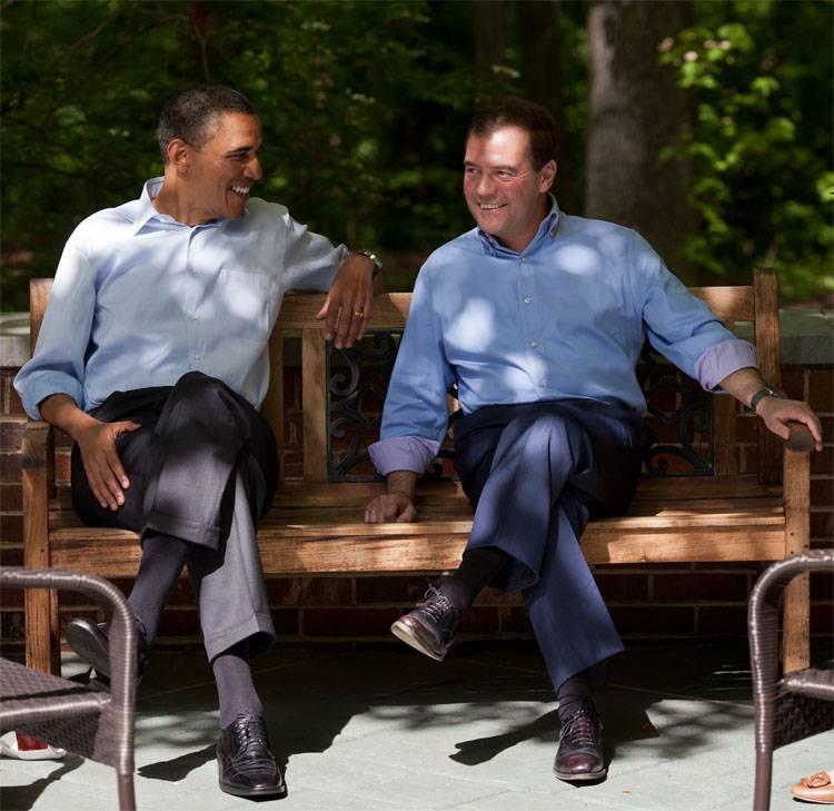 Д. Медведев пригласил Барака Обаму посмотреть на«клочья» отэкономикиРФ