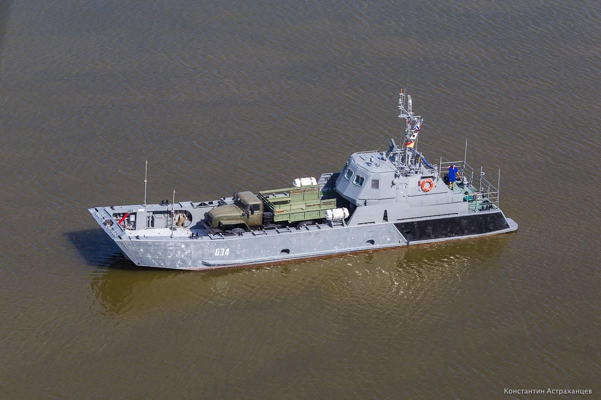Проход кораблейЧФ через арку Крымского моста сняли навидео
