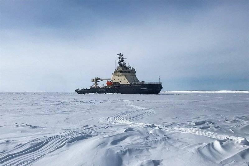 """Per la prima volta, ma non l'ultima. """"Ilya Muromets"""" ha pilotato il sottomarino nucleare attraverso il ghiaccio artico"""