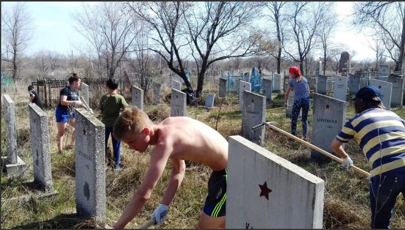 Terkedilmiş mezar yok. Yunarmiya dekolmanları, İkinci Dünya Savaşı katılımcılarının mezarlarına işleri sıraladı