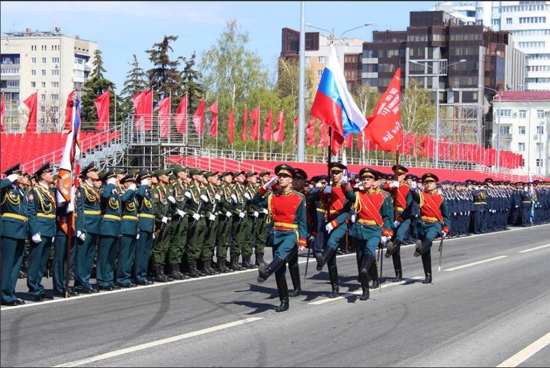 Im Vordergrund stehen junge Soldaten. Die letzte Probe der Victory Parade fand in Samara statt