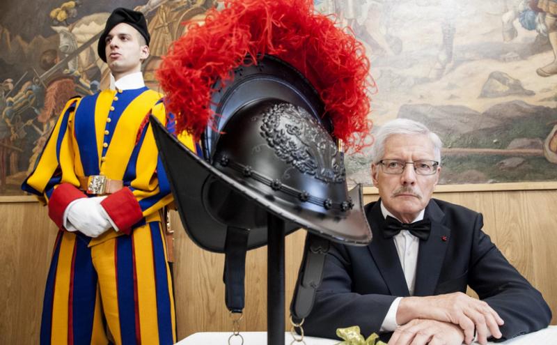 进步改变了传统。 教皇卫队穿着印在3D打印机上的头盔
