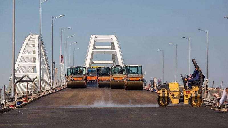 Demiryolu kaldı. Kırım köprüsünün yol kısmı faaliyete geçti
