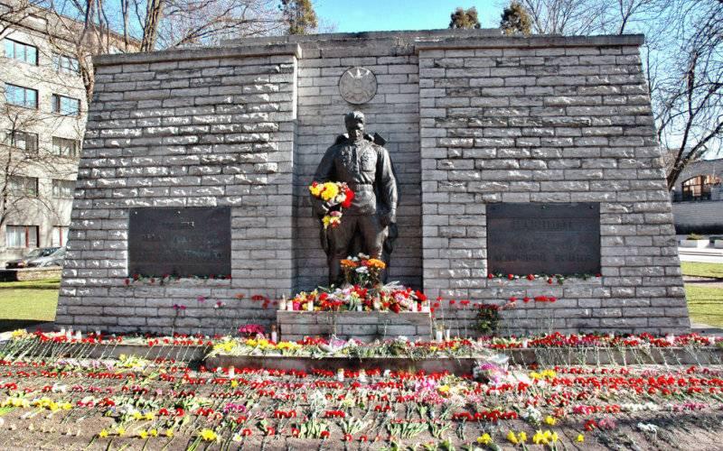 День Победы в Эстонии. Бронзовый солдат в Таллине утопает в цветах