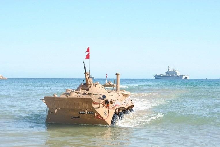 Algerischer BTR-80 im Training