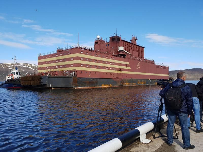"""İlk aşama tamamlandı. Yüzen güç ünitesi """"Akademisyen Lomonosov"""" Murmansk'a ulaştı"""