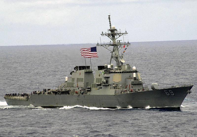 放大。 驱逐舰USS Milius DDG-7抵达美国海军69舰队的基地。