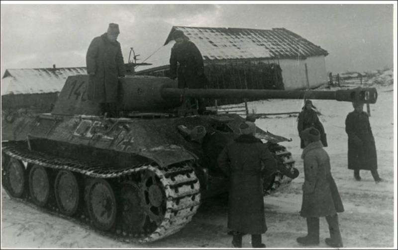 Генерал Рыбалко на броне захваченного в плен немецкого танка PzKpfw V «Panther»