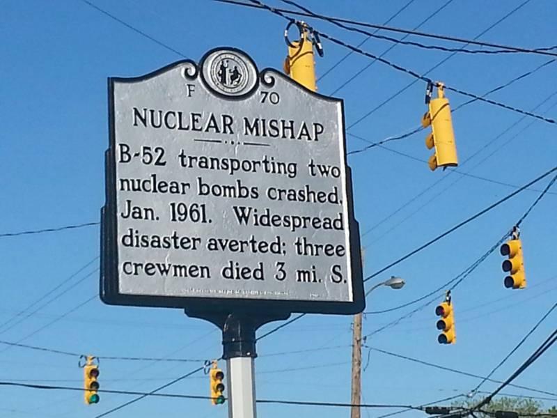 Памятный знак катастрофы. В-55 с ядерными бомбами на борту разбился, трое членов экипажа погибли в 3 милях к югу
