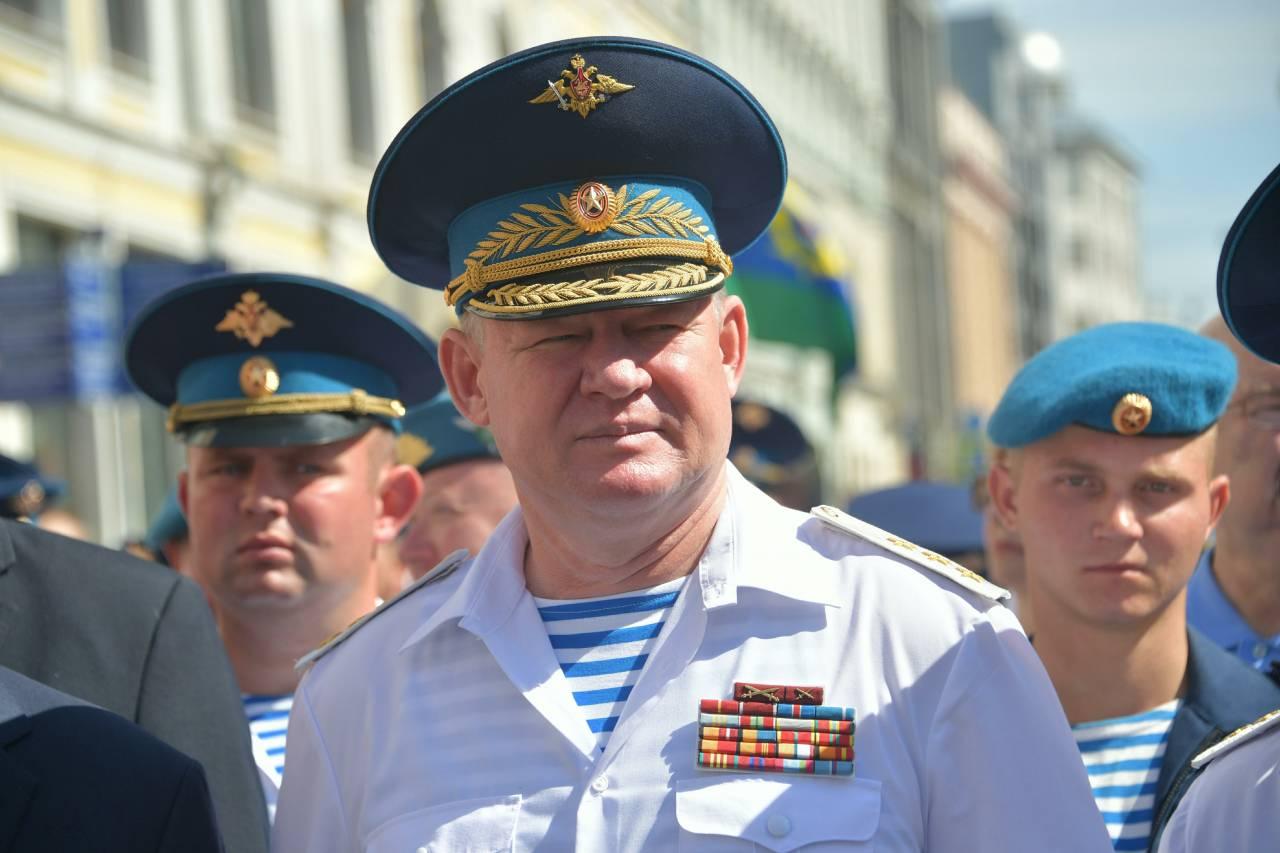 День ВДВ десантники начнут отмечать свозложения цветов к монументу генералу Маргелову