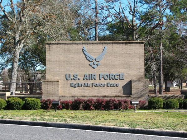 В США самолёт упал вблизи от базы ВВС. Есть погибшие