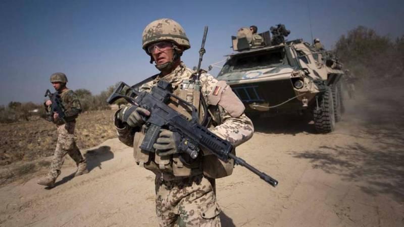 В результате атаки смертника на колонну сил НАТО в Афганистане, три-200х и три-300х