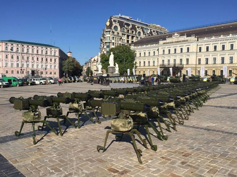 Порошенко передал ВСУ оружие и заявил о необходимости править конституцию