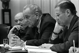 Президент Линдон Джонсон (в центре), справа его министр обороны Роберт Макнамара
