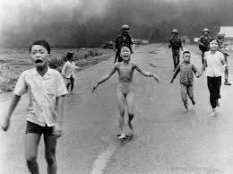 Иконное фото вьетнамского ребенка, бегущего из подожженой напалмом деревни
