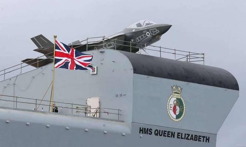 La portaerei britannica HMS Queen Elizabeth arriva negli Stati Uniti