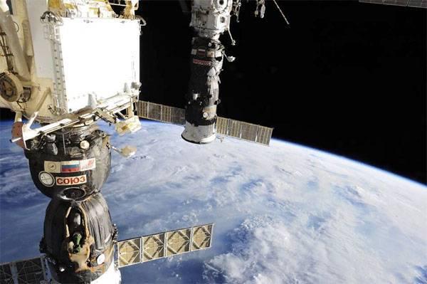 """СМИ: """"Союз"""" могли просверлить американские астронавты"""