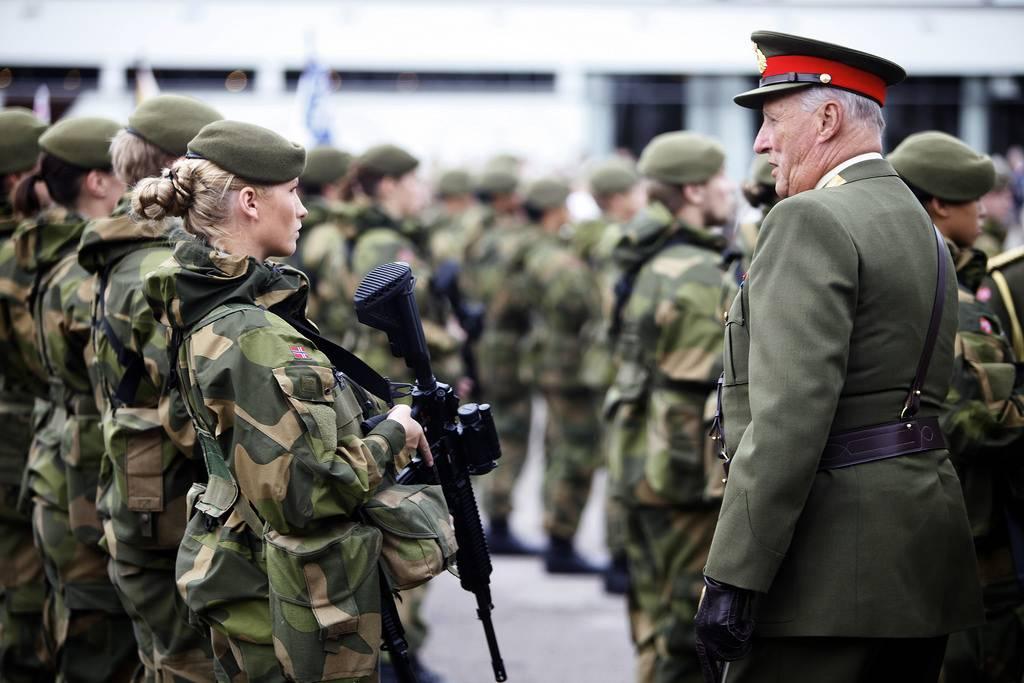 Прием на военную службу девушек