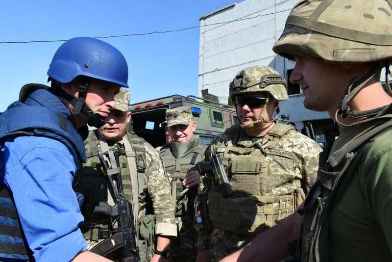 우크라이나 국군 병사들의 저항에 시달린다. 영국 국방 장관 Donbass 방문