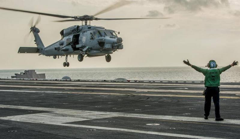 "Вертолёт США MH-60 Seahawk упал на палубу авианосца ""Рональд Рейган"""