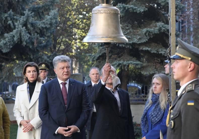 Порошенко вспомнил о «неравных боях с войсками НКВД»
