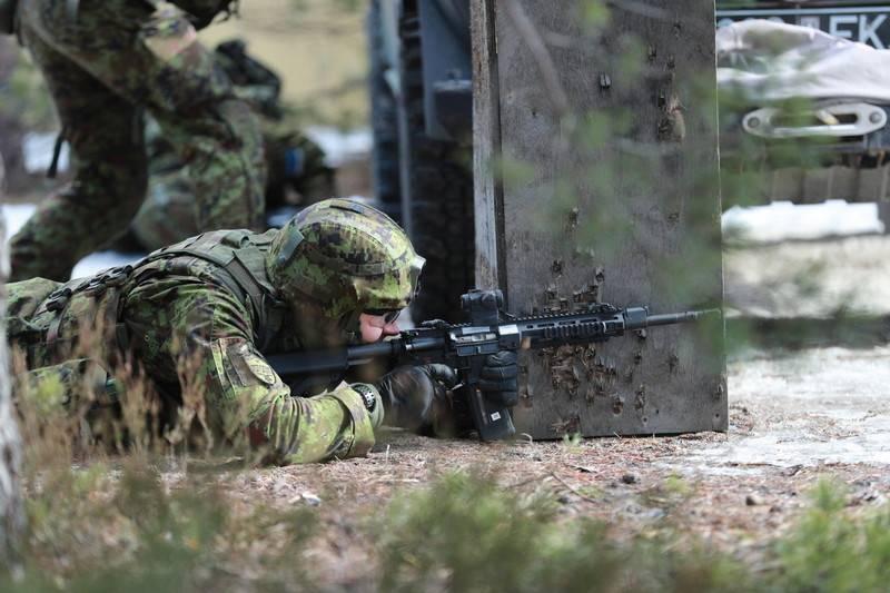 爱沙尼亚军队在美国步枪上重新武装