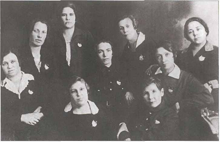 Красны девицы с орденом на блузке. Часть 3