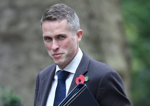 Главу МО Британии обвинили в заговоре против Мэй