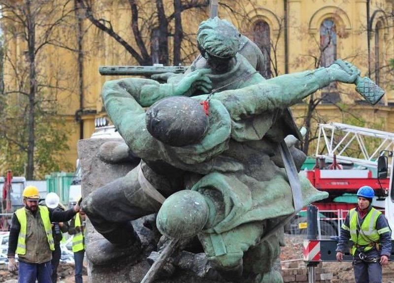 """लिच वाल्सा ने सोवियत स्मारकों के विध्वंस की व्याख्या की """"पोलिश मानसिकता"""""""