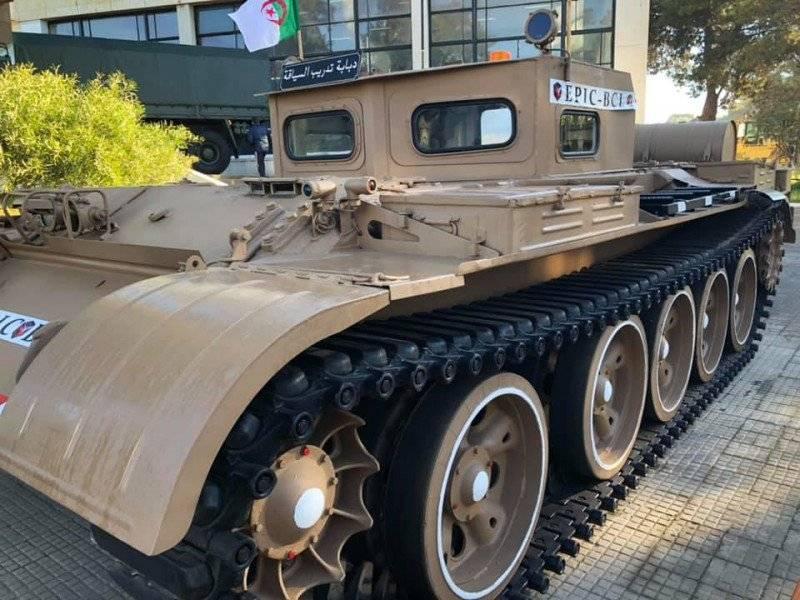 알제리에서는 T-55 탱크가 새로운 명물을 받았습니다.