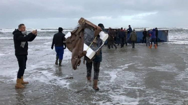 유해 화학 물질이 함유 된 북해 컨테이너에서 건조 된 화물선