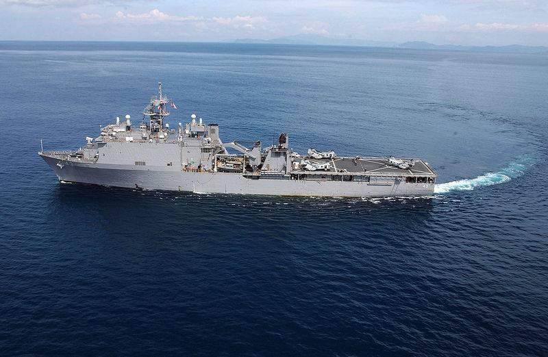 El barco de desembarque de USS Fort McHenry desembarcó en el Mar Negro