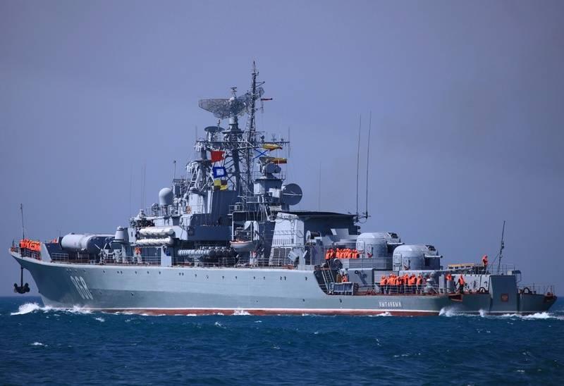 """Le navire de la marine américaine entrant dans la mer Noire est pris sous le contrôle de la TFR """"Inquisitive"""""""